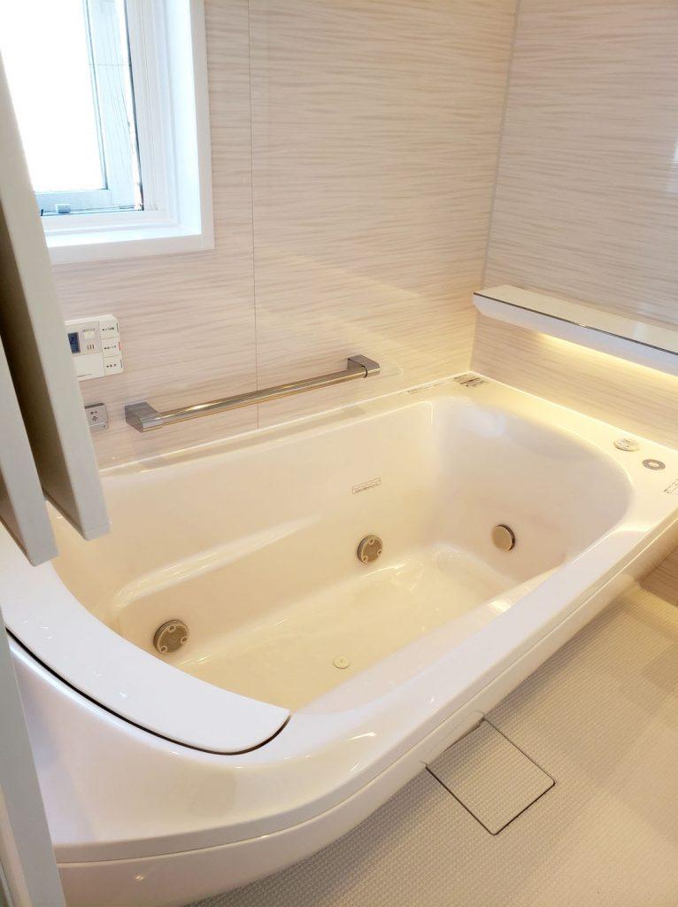 肩湯と腰湯で安らぐファーストクラス浴槽